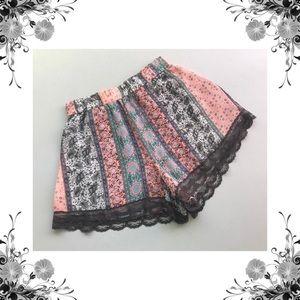 {Lush} Lace Trim Printed Casual Shorts